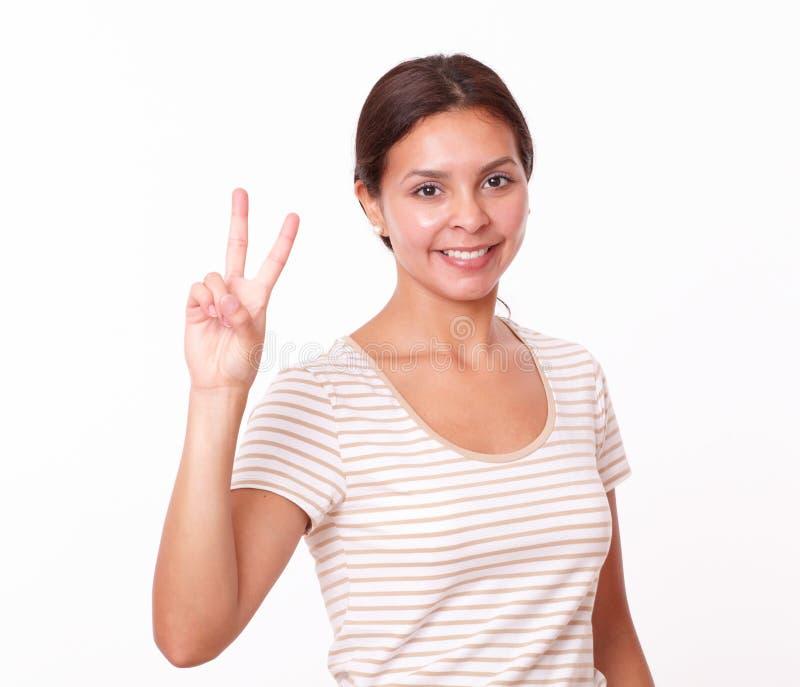 相当有胜利标志的女孩 免版税库存照片