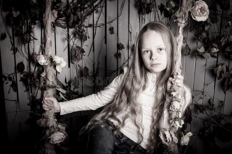 相当有花的白肤金发的青春期前的女孩 库存图片