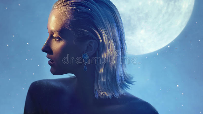 相当有金黄尘土的白肤金发的夫人在皮肤 库存图片