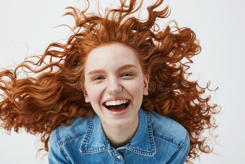 相当有飞行的卷发微笑的笑快乐的红头发人女孩看在的 图片