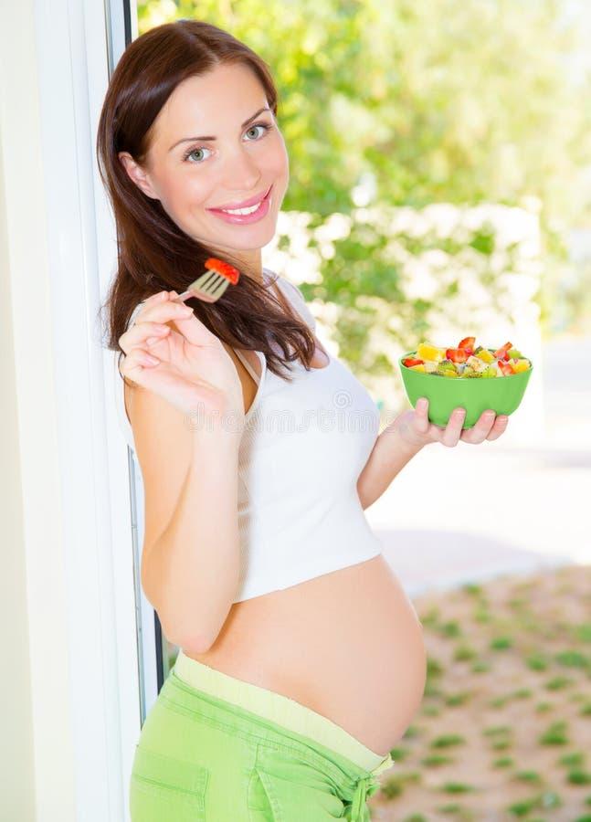 愉快孕妇吃 库存照片