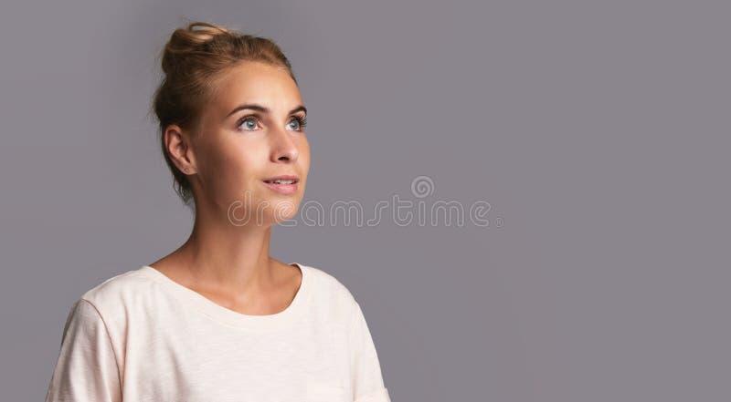 相当查找妇女年轻人 查出 免版税库存照片