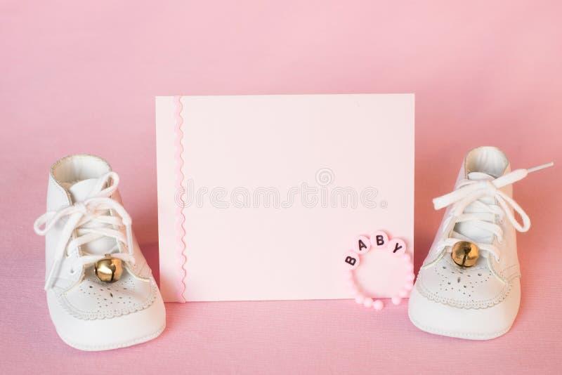 相当桃红色女婴阵雨邀请卡片或诞生公告与葡萄酒白色鞋子在桃红色布料背景与室或 免版税库存图片