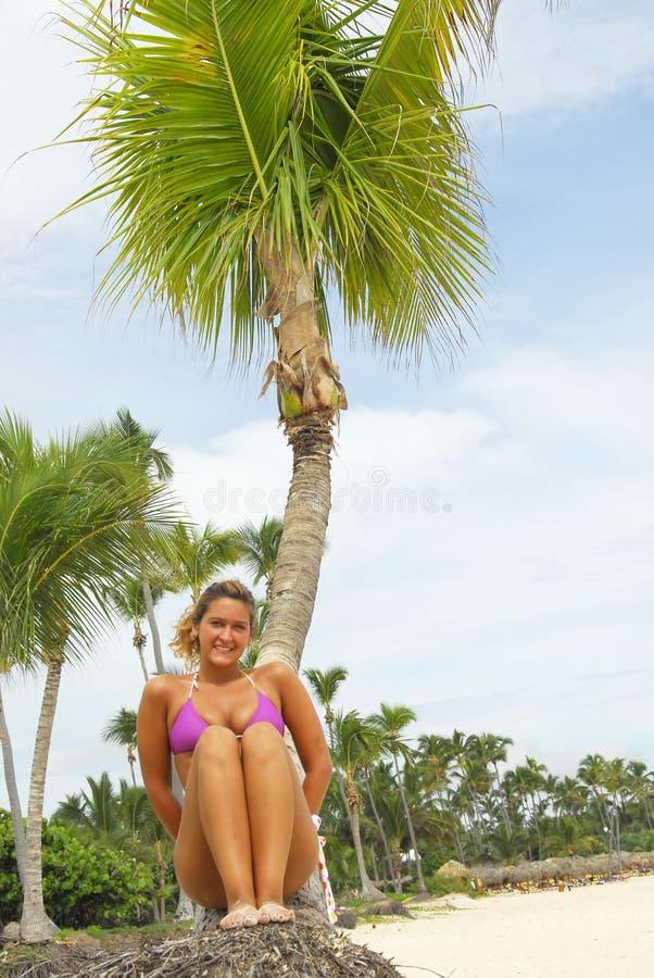相当热带海滩的女孩 图库摄影