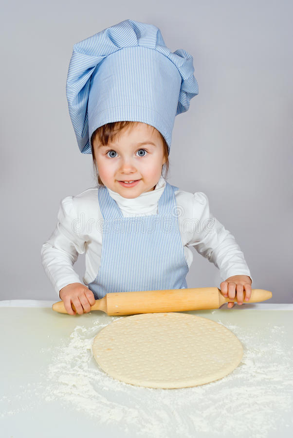 相当烹调薄饼的小女孩院长 免版税库存图片