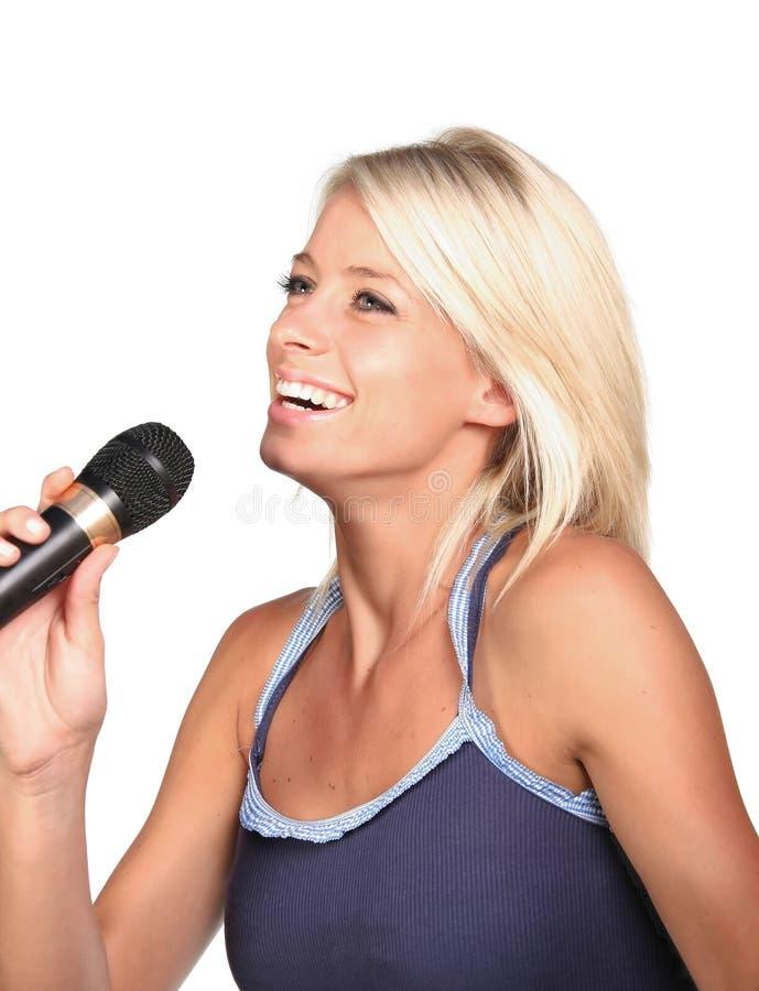 相当白肤金发的唱歌的女孩 免版税图库摄影