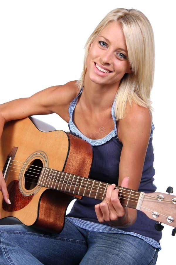 相当白肤金发的女孩吉他 免版税库存图片