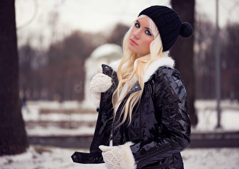 相当白肤金发的女孩画象  免版税图库摄影