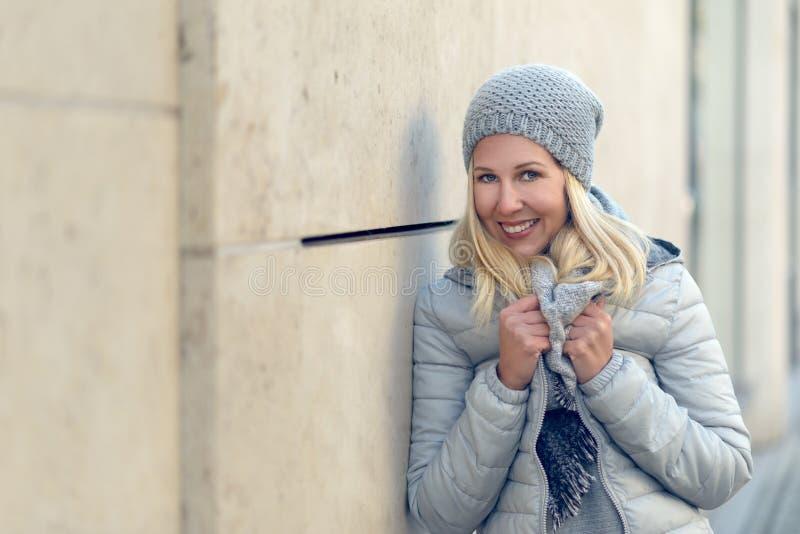 相当白肤金发的妇女以凉快的蓝色冬天时尚 免版税库存照片
