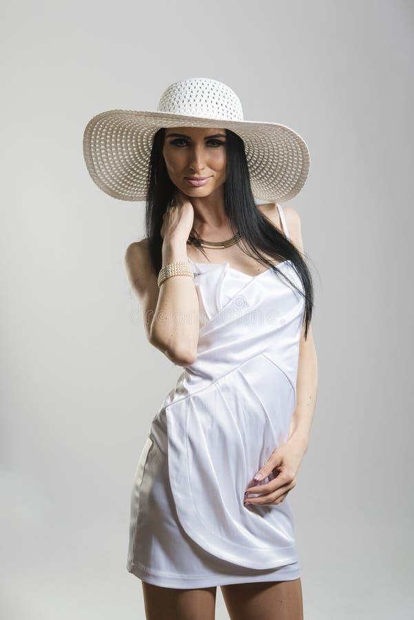 相当白色礼服的白种人妇女 免版税库存图片