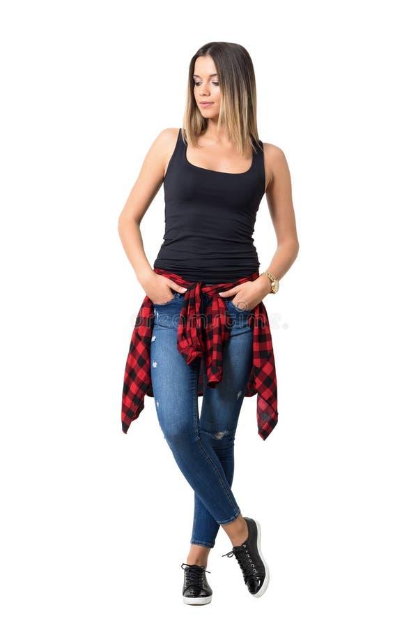 相当看下来用在口袋的手的哀伤的年轻偶然女孩 免版税库存图片