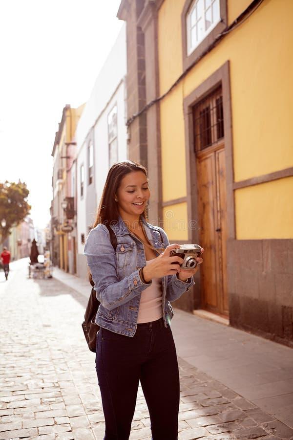 相当看她的照相机的女孩 库存图片
