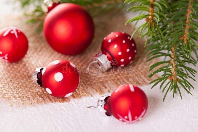 相当红色圆点圣诞节中看不中用的物品 库存图片