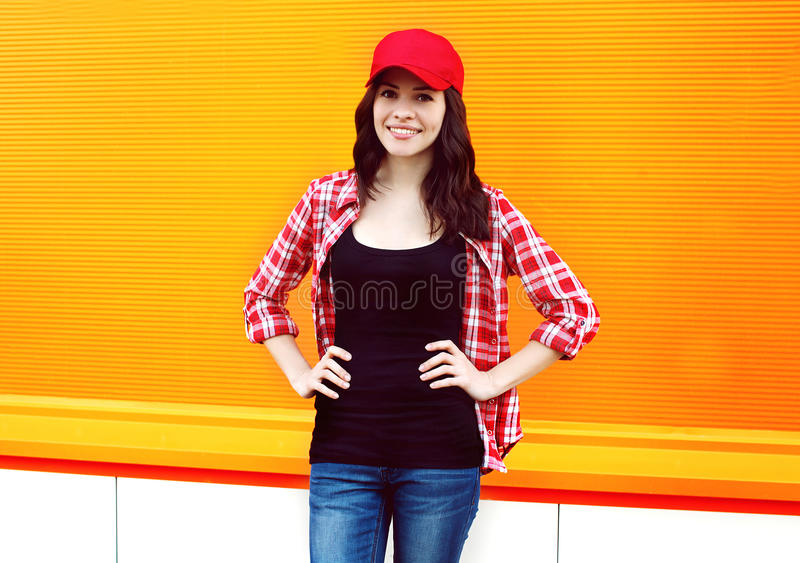 相当红色盖帽和方格的衬衣的少妇画象  库存照片
