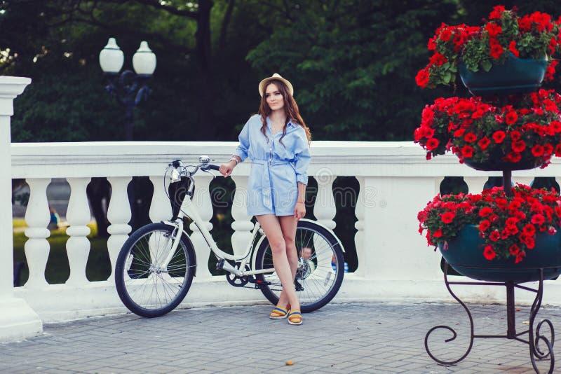 相当自行车的少妇 库存照片