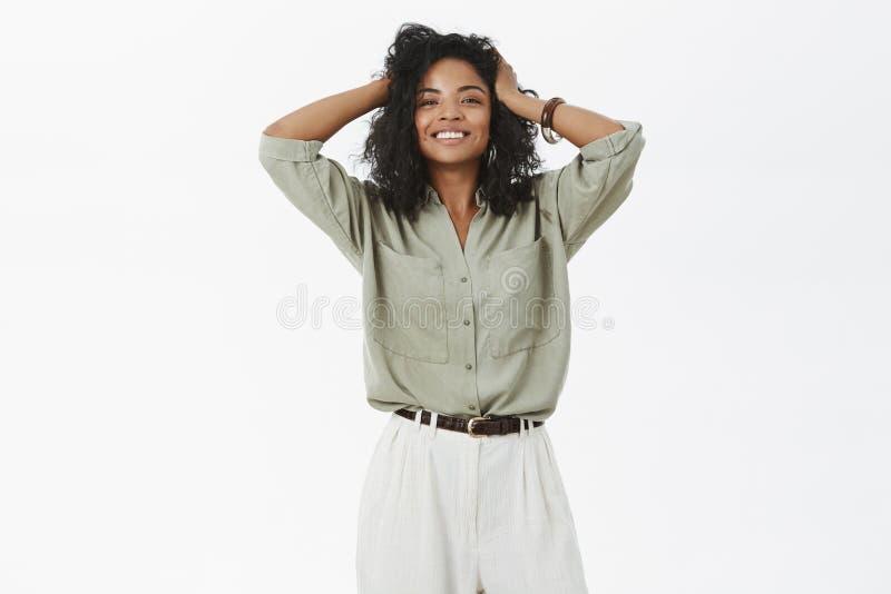 相当被加强的和女性愉快的非裔美国人的女性满意对新的发型在拜访美发师以后 图库摄影