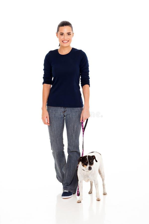 妇女走的狗 免版税库存图片