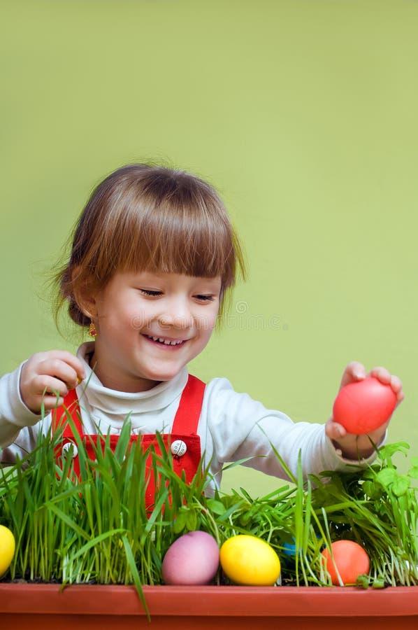相当采取复活节彩蛋的小女孩 免版税库存照片
