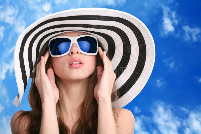 相当镶边女孩的帽子 免版税库存图片