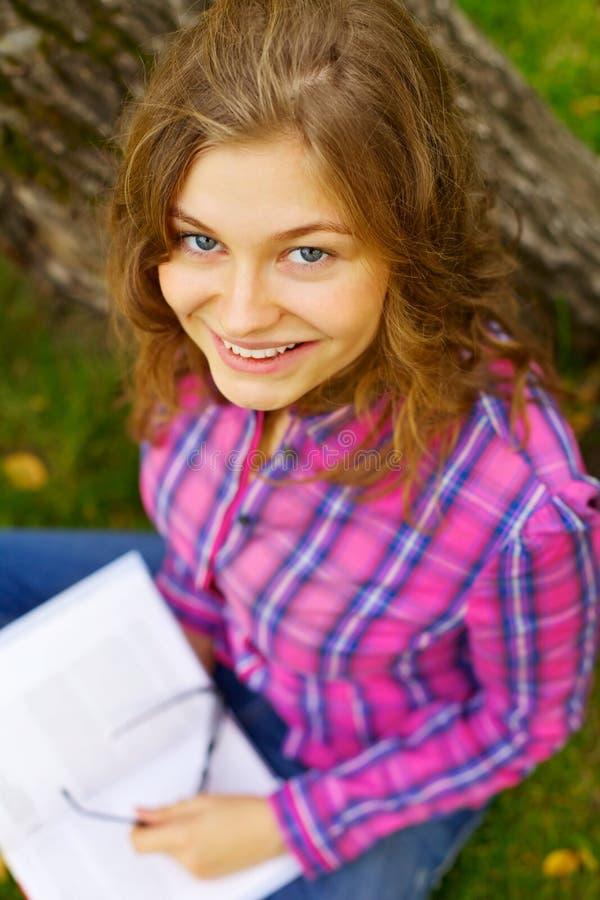 相当青少年女孩的公园 免版税库存照片