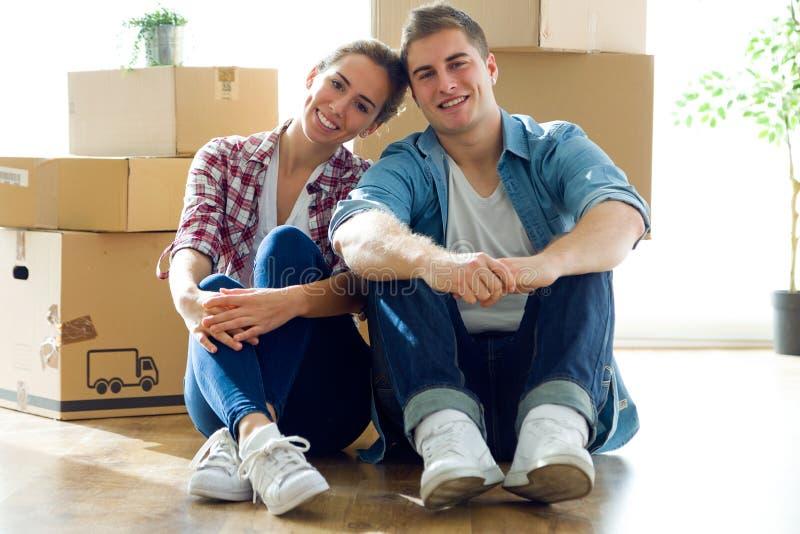 相当移动新的家的年轻夫妇 免版税库存照片