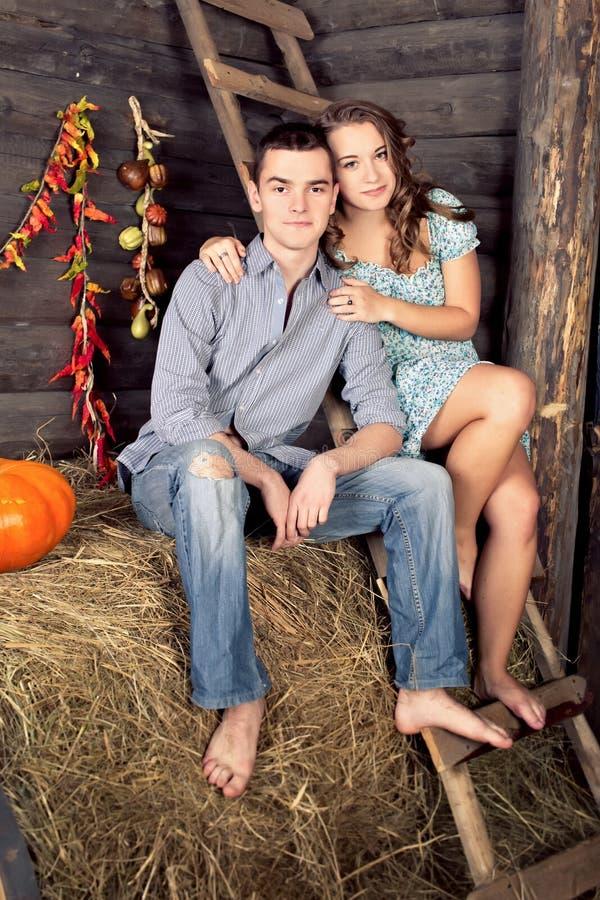 相当年轻夫妇有约会在草料棚 库存图片