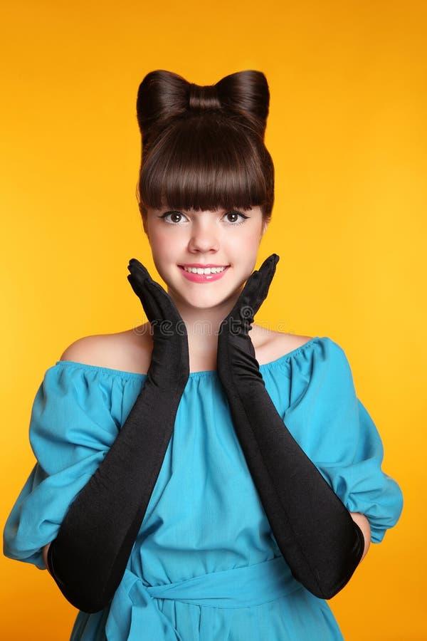 相当滑稽的微笑的女孩秀丽画象 典雅的时尚Glamo 免版税库存照片