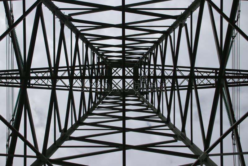 相称看法在一个塔的中心在Hennipgaarde在Zevenhuizen,荷兰的输电线的 免版税库存图片