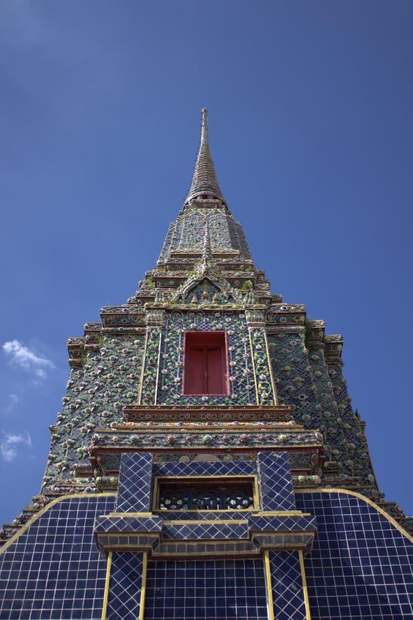 相邻也作为直接曼谷菩萨佛教徒地区全部已知的被找出的nakhon宫殿pho phra rattanakosin斜倚的寺庙泰国与wat 免版税库存图片
