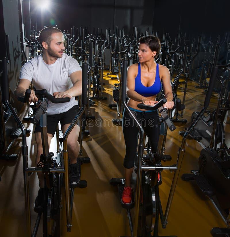 省略步行者教练员男人和妇女黑健身房的 免版税库存照片