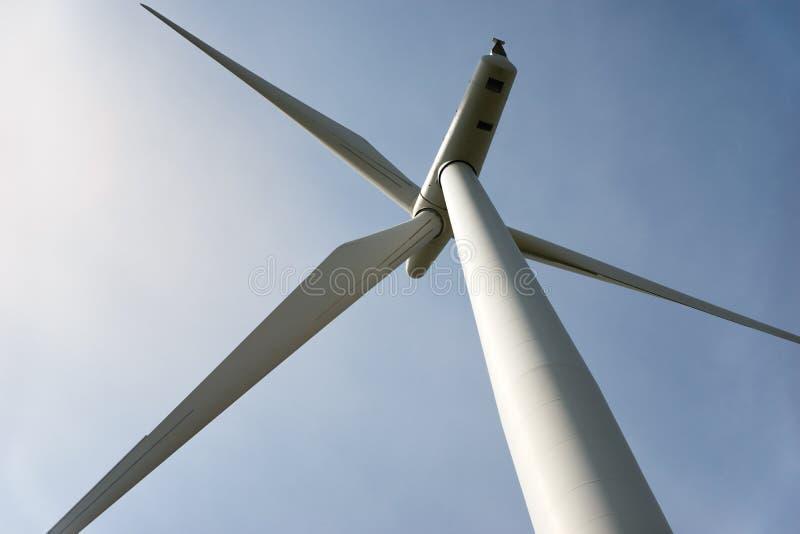 看一台电力发动的风轮机 库存图片