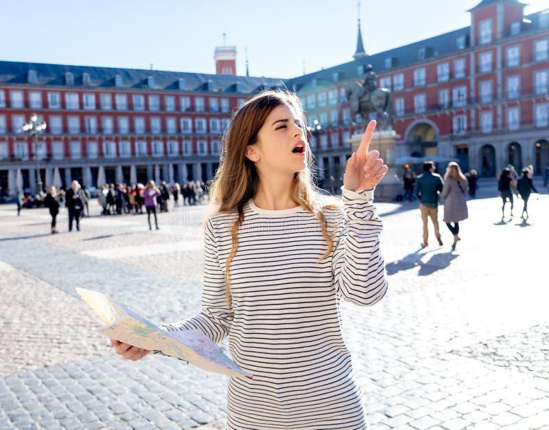 看一张地图的美女在马约尔广场感觉丢失和寻找方向的马德里 库存照片