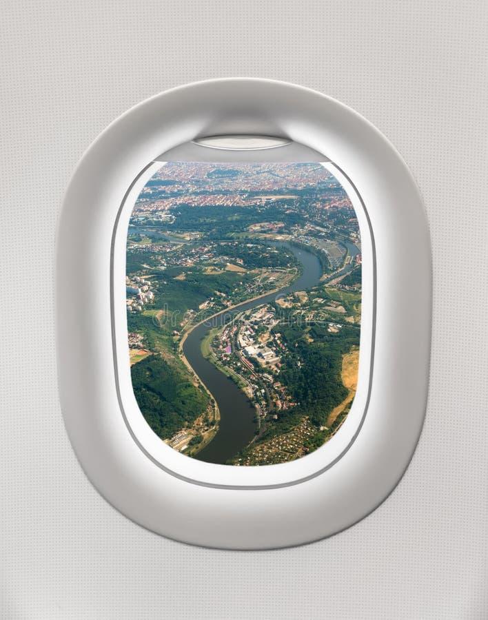 看一架飞机的窗口对市的布拉格 免版税库存图片
