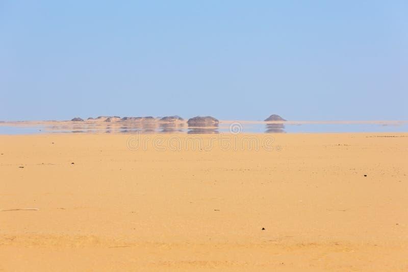 看一栋海市蜃楼在沙漠 免版税库存照片