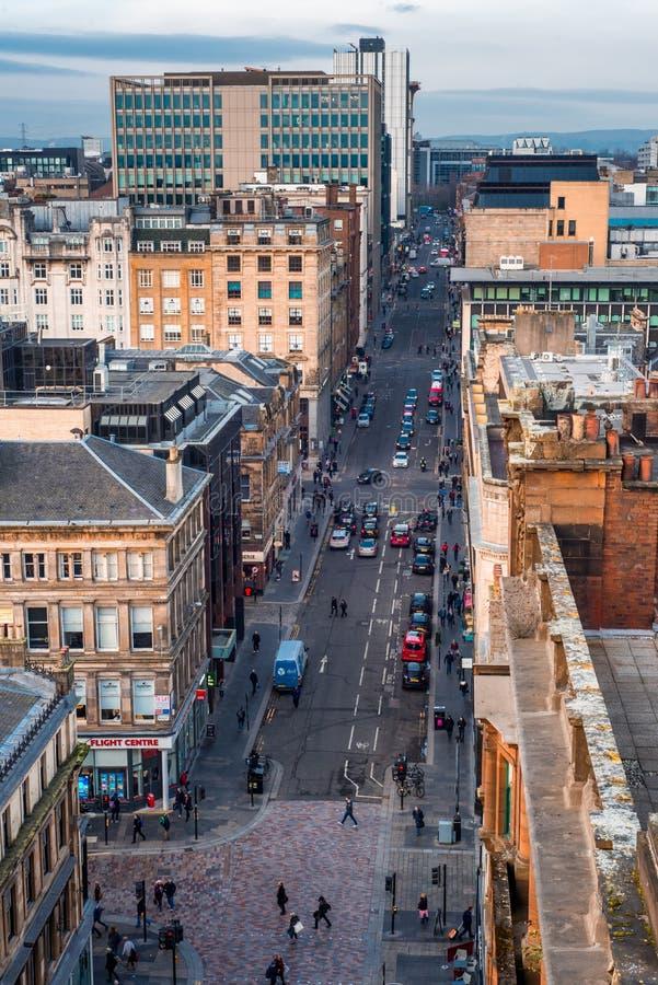 看下来在一条宽街道上在格拉斯哥市中心与周围的大厦,苏格兰,英国 库存图片