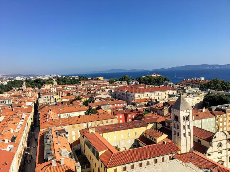 看下来在扎达尔,从著名钟楼的克罗地亚老镇的美丽的景色,与的美丽的亚得里亚海 免版税库存照片