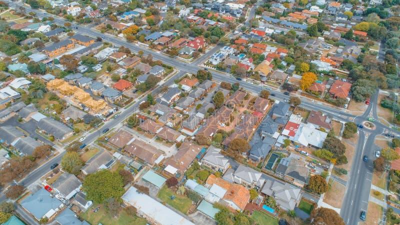 看下来房子和strees在郊区居民 免版税库存照片