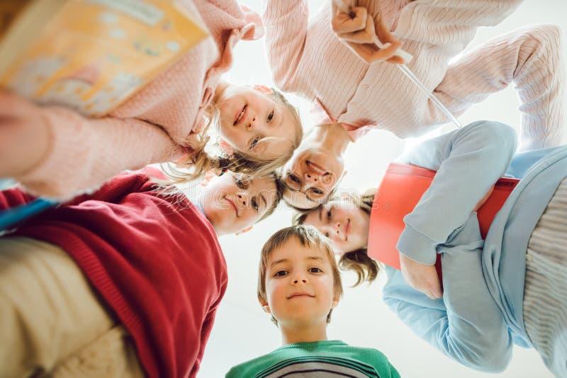 看下来照相机的学童和老师 库存图片