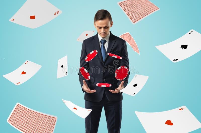 看下来纸牌筹码的衣服的人漂浮在与一点飞行的空气所有 免版税库存照片