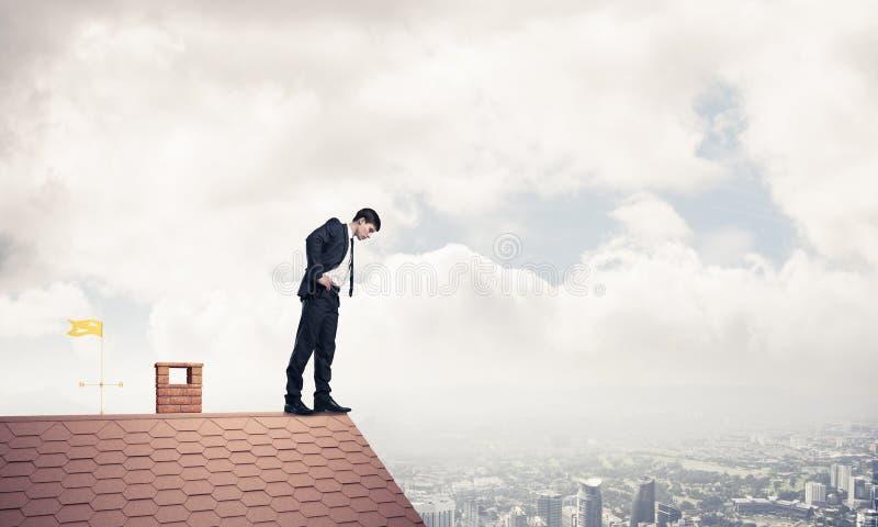 看下来从屋顶的商人和害怕做步 Mixe 库存照片