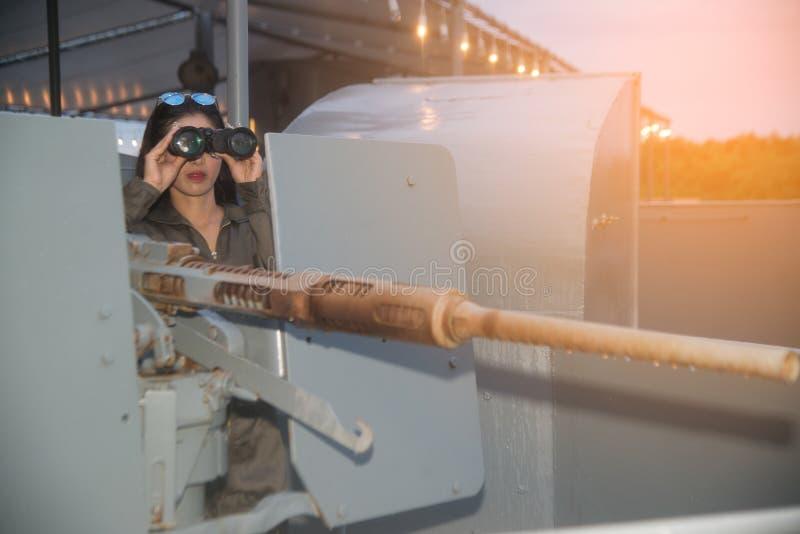 看与双筒望远镜的俏丽的亚裔女兵 免版税图库摄影