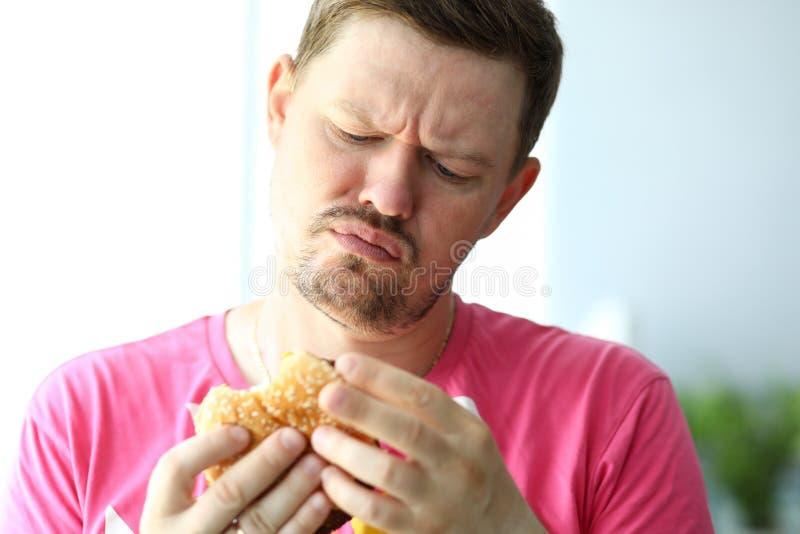 看与可疑的不快乐的有胡子的人汉堡 库存图片