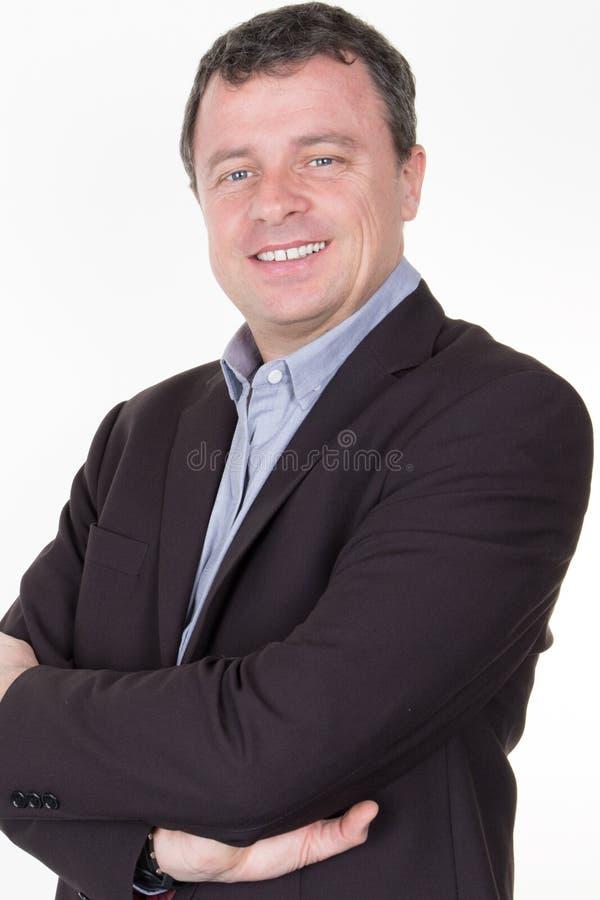 看与可靠性的微笑的商人照相机隔绝在白色背景 免版税库存图片