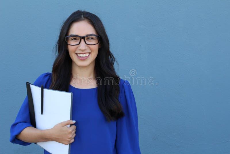 看与大微笑的玻璃eyewear妇女愉快的画象照相机 关闭女性女商人模型面孔画象  免版税库存图片