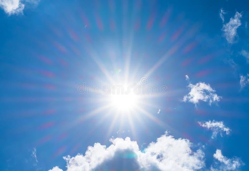 看与太阳射线和云彩的尼斯蓝天 免版税库存照片