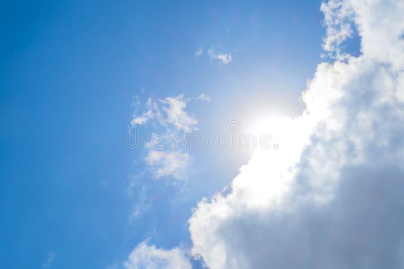 看与太阳射线和云彩的尼斯蓝天 免版税库存图片
