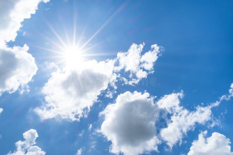 看与太阳射线的尼斯蓝天在大云彩后 库存图片