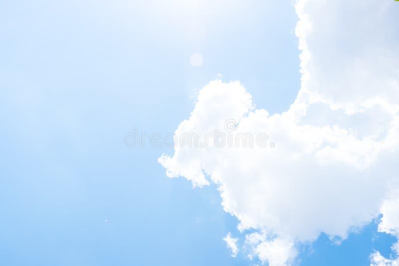看与太阳射线的尼斯蓝天在大云彩后 免版税库存图片