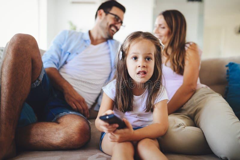 看与她的父母的女孩电视 免版税库存照片