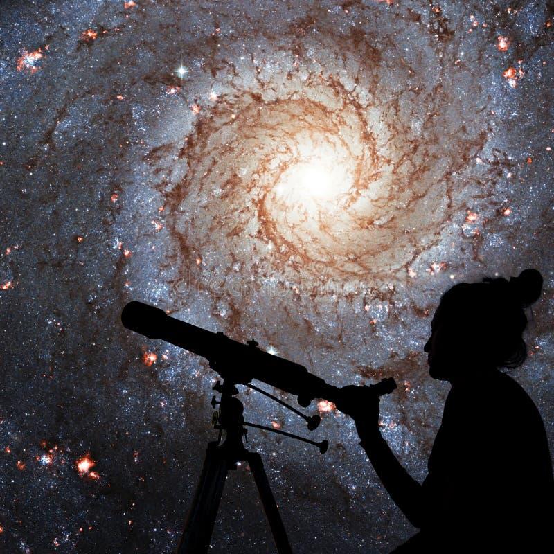 看与望远镜的女孩星 更加杂乱74, NGC 628 免版税库存照片